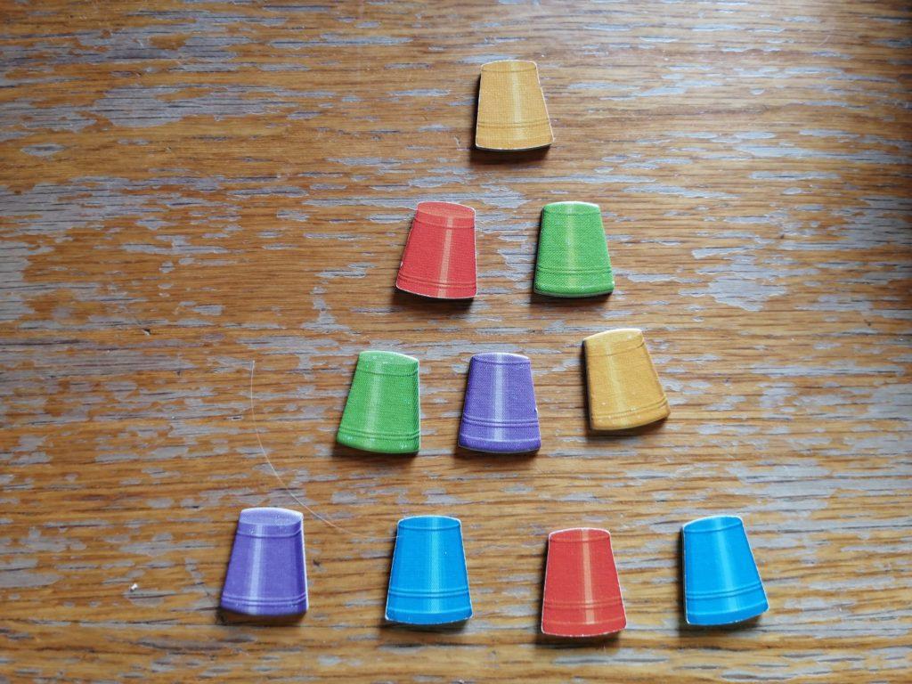 Die Eimerpyramide des Spiels. In der neueren Version gibt es diese zum Stapeln.