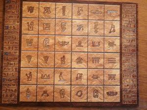 Das Spielbrett mit den verschiedenen Hieroglyphen