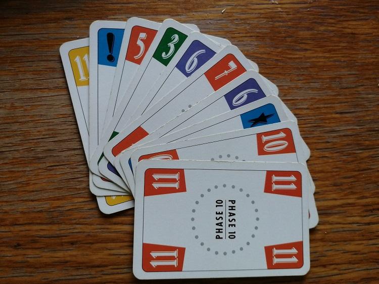 Die Phase 10 Karten mit verschiedenen Farben und Werten.