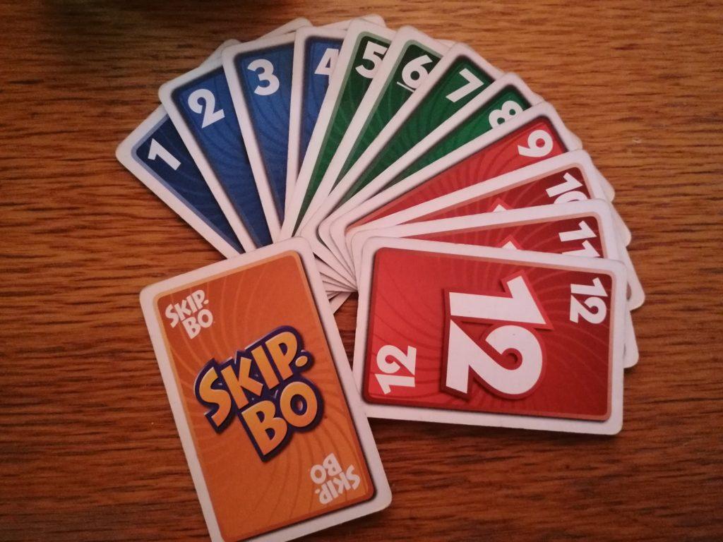 Die Farben der Skip-Bo-Karten haben für das Spiel keinerlei Bedeutung.